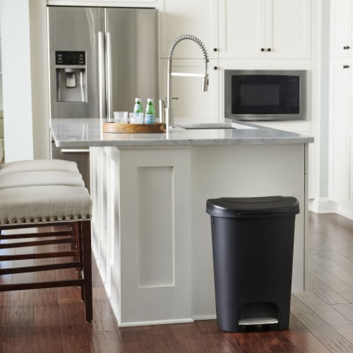 Rubbermaid Classic 13 Gallon Plastic Hands Free Step On Lid Trash Can, Black Perspective: bottom