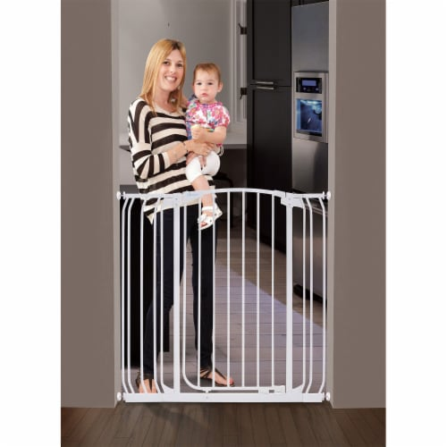 Dreambaby L782W Chelsea 28 to 42.5 Inch Auto-Close Baby Pet Safety Gate, White Perspective: bottom