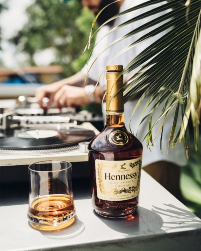 Hennessy V.S Cognac Perspective: left