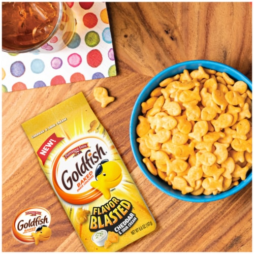 Goldfish Flavor Blasted Cheddar & Sour Cream Flavored Snack Crackers Perspective: right