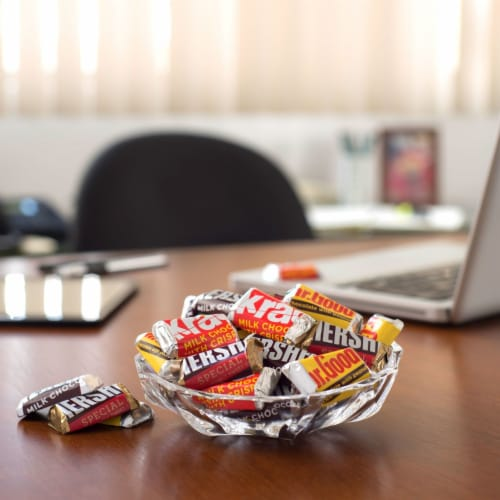Hershey's Miniatures Chocolate Candy Party Pack Perspective: right