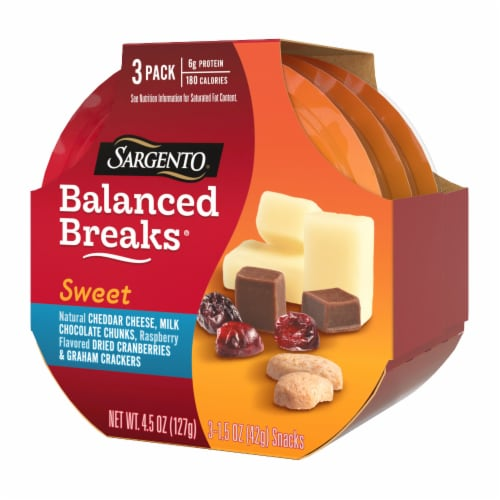 Sargento® Sweet Balanced Breaks Cheddar Cheese Chocolate Cranberries & Crackers Snack Packs Perspective: right