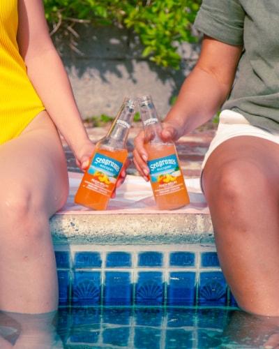 Seagram's Escapes Peach Fuzzy Navel Malt Beverage Perspective: right