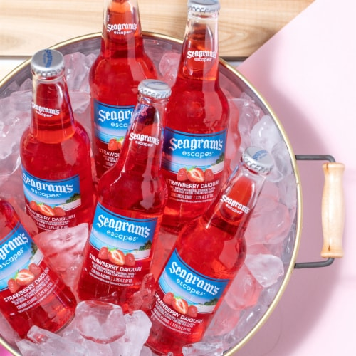 Seagram's Escapes Strawberry Daiquiri Flavored Malt Beverage Perspective: right