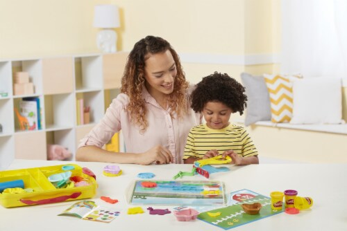 Play-Doh Discover and Store Creative Play Perspective: right