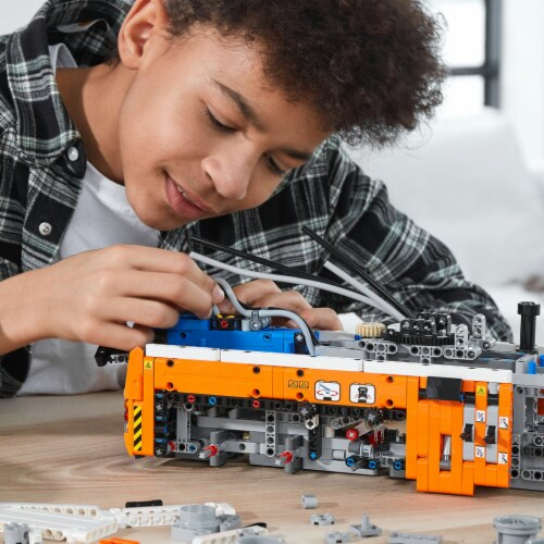 LEGO® Technic Heavy-Duty Tow Truck Perspective: right