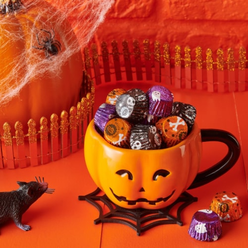 REESE'S Halloween Milk Chocolate Peanut Butter Cup Miniatures Candy With Spooky Foils Perspective: top
