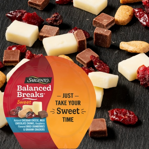 Sargento® Sweet Balanced Breaks Cheddar Cheese Chocolate Cranberries & Crackers Snack Packs Perspective: top
